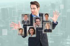 Samengesteld beeld die van zakenman zich met uit uitgespreide vingers bevinden stock foto's