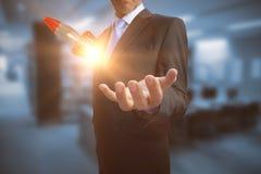 Samengesteld beeld die van zakenman zijn lege 3D hand tonen Stock Foto's