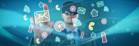 Samengesteld beeld die van zakenman zijn vinger richten terwijl het gebruiken van virtuele werkelijkheidshoofdtelefoon royalty-vrije stock fotografie