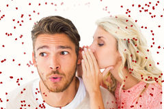 Samengesteld beeld van aantrekkelijk blonde het fluisteren geheim aan vriend stock foto's