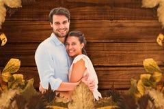 Samengesteld beeld van aantrekkelijk jong paar die en bij camera koesteren glimlachen Royalty-vrije Stock Foto's