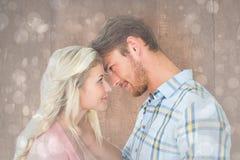 Samengesteld beeld van aantrekkelijk paar die bij elkaar glimlachen Royalty-vrije Stock Foto's