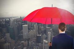 Samengesteld beeld van achtermening die van onderneemster rode paraplu houden Stock Foto