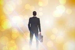 Samengesteld beeld van achtermening die van zakenman een aktentas houden Royalty-vrije Stock Foto's