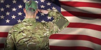 Samengesteld beeld van achtermening van militair het groeten Royalty-vrije Stock Foto