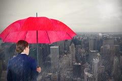 Samengesteld beeld van achtermening van onderneemster die rode paraplu dragen Royalty-vrije Stock Foto's