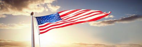 Samengesteld beeld van Amerikaanse vlag die over witte achtergrond golven royalty-vrije stock fotografie