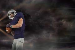 Samengesteld beeld van Amerikaanse voetbalster die bal werpen Stock Foto