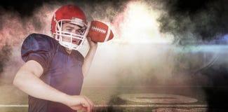Samengesteld beeld van Amerikaanse voetbalster die de bal werpen Stock Foto