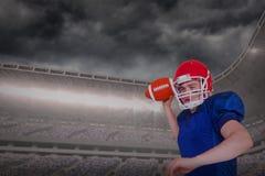 Samengesteld beeld van Amerikaanse voetbalster die de bal werpen Royalty-vrije Stock Afbeeldingen