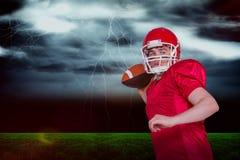 Samengesteld beeld van Amerikaanse voetbalster die een bal werpen Stock Afbeeldingen