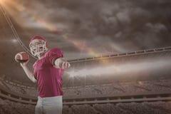 Samengesteld beeld van Amerikaanse voetbalster die voetbal werpen Stock Afbeelding