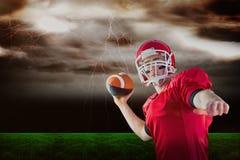 Samengesteld beeld van Amerikaanse voetbalster die voetbal werpen Royalty-vrije Stock Afbeeldingen