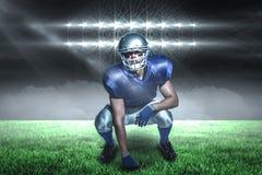 Samengesteld beeld van Amerikaanse voetbalster in het eenvormige buigen met 3d Stock Foto's