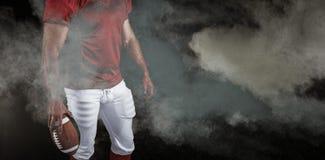 Samengesteld beeld van Amerikaanse voetbalster met bal Stock Fotografie