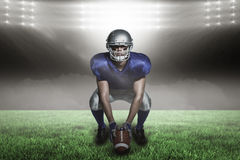 Samengesteld beeld van Amerikaanse voetbalster met bal die met 3d buigen Stock Afbeeldingen