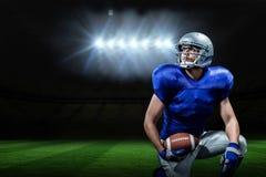 Samengesteld beeld van Amerikaanse voetbalster met bal het knielen Stock Afbeelding