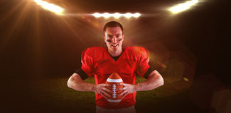 Samengesteld beeld van Amerikaanse voetbalster ongeveer om de bal te werpen Stock Afbeelding