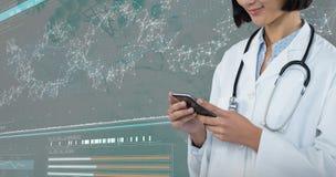 Samengesteld beeld van arts die mobiele telefoon met behulp van tegen grijze achtergrond stock afbeeldingen