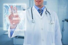 Samengesteld beeld van arts wat betreft het digitaal 3d scherm Royalty-vrije Stock Afbeelding