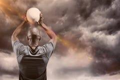 Samengesteld beeld van atleet die 3D rugbybal werpen Stock Fotografie