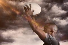 Samengesteld beeld van atleet die 3D rugbybal werpen Royalty-vrije Stock Foto's