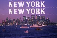 Samengesteld beeld van avond Manhattan en de Stad en de boten van New York in haven met New York New York in een duistere hemel stock fotografie