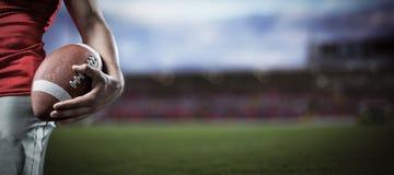 Samengesteld beeld van bebouwd beeld die van sportman Amerikaanse voetbal houden Royalty-vrije Stock Fotografie