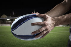 Samengesteld beeld van bebouwd beeld van 3D de holdingsbal van de sportenspeler Royalty-vrije Stock Afbeelding