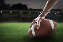 Samengesteld beeld van bebouwd beeld van 3D de holdingsbal van de sportenspeler Royalty-vrije Stock Fotografie