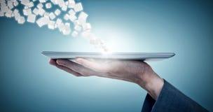 Samengesteld beeld van bebouwd beeld van 3d de tabletcomputer van de zakenmanholding Royalty-vrije Stock Foto's