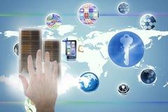 Samengesteld beeld van bebouwd beeld van mens het gesturing tegen het onzichtbare 3D scherm Royalty-vrije Stock Foto's