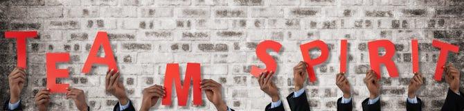Samengesteld beeld van bebouwde hand van het alfabet e van de zakenmanholding Royalty-vrije Stock Foto's