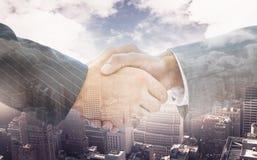 Samengesteld beeld van bedrijfsmensen die 3d handen schudden Stock Foto's