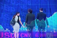Samengesteld beeld van bedrijfsmensen die over witte achtergrond lopen royalty-vrije stock afbeelding