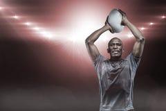 Samengesteld beeld van bepaalde sportman die 3D rugbybal werpen Stock Foto's