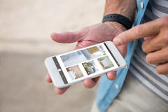 Samengesteld beeld van binnenland van huis op het mobiele scherm stock afbeeldingen