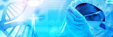 Samengesteld beeld van blauwe DNA-schroef met medische achtergrond stock fotografie