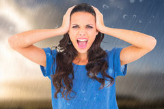 Samengesteld beeld van boos brunette die bij camera schreeuwen royalty-vrije stock fotografie