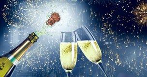 Samengesteld beeld van champagne het knallen royalty-vrije stock afbeeldingen