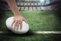 Samengesteld beeld van close-up van 3D de holdingsbal van de sportenspeler Royalty-vrije Stock Fotografie