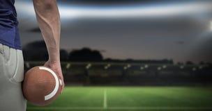 Samengesteld beeld van close-up van de Amerikaanse bal van de voetbalsterholding Stock Fotografie