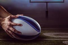 Samengesteld beeld van close-up van van 3D de holdingsbal van de sportenspeler Royalty-vrije Stock Afbeelding