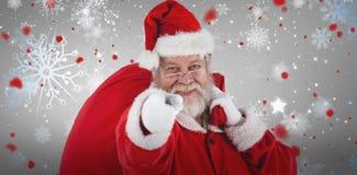 Samengesteld beeld van close-upportret die van de Kerstman terwijl het dragen van Kerstmiszak richten royalty-vrije stock fotografie