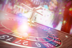 Samengesteld beeld van 3d beeld van bal op houten roulettewiel Royalty-vrije Stock Afbeeldingen