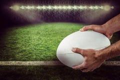 Samengesteld beeld van 3D de holdingsbal van de sportenspeler Royalty-vrije Stock Afbeeldingen