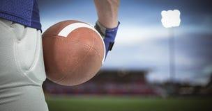 Samengesteld beeld van de Amerikaanse bal van de voetbalsterholding Stock Afbeelding
