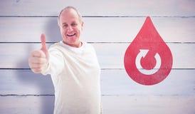 Samengesteld beeld van de gelukkige rijpe mens die duimen tot camera tonen Royalty-vrije Stock Fotografie
