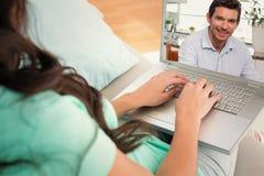 Samengesteld beeld van de glimlachende mens die digitale tablet thuis gebruiken royalty-vrije stock foto's