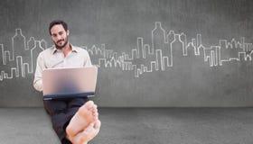 Samengesteld beeld van de glimlachende mens die laptop met behulp van Royalty-vrije Stock Foto's